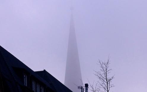 Kirchturm im Nebel