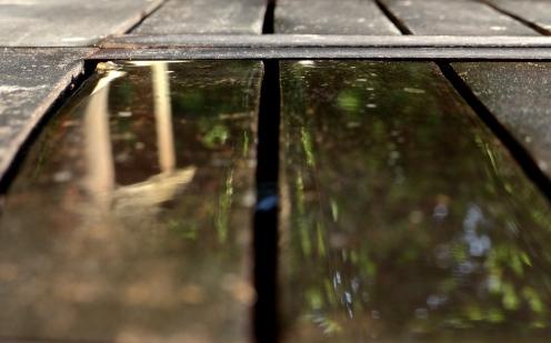 Wasser auf Tisch