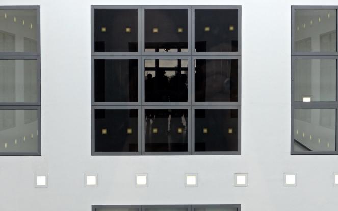 Symmetrische Leute durch Fenster-Betrachtung