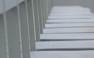 Leere Stuhlreihe