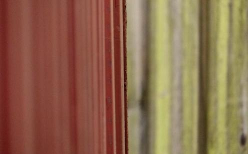 Container vor Holzzaun