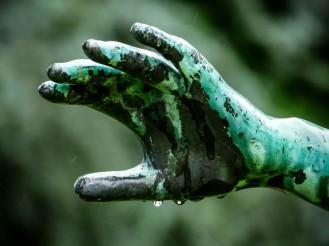 Hand im Regen