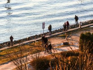 Menschen an der Elbe