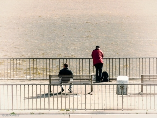 Warten an der Elbe